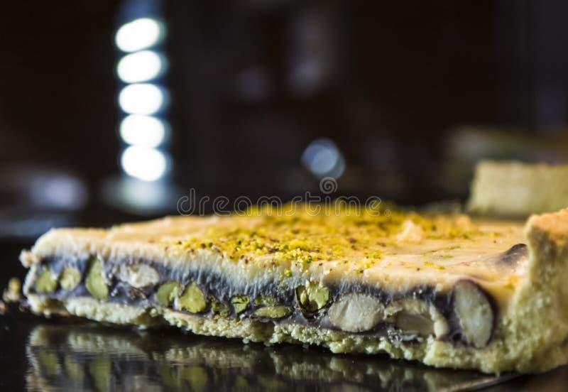 Mostra-janela de vidro com iluminação na cafetaria com partes de torta saboroso Doces saborosos Bolo foto de stock royalty free