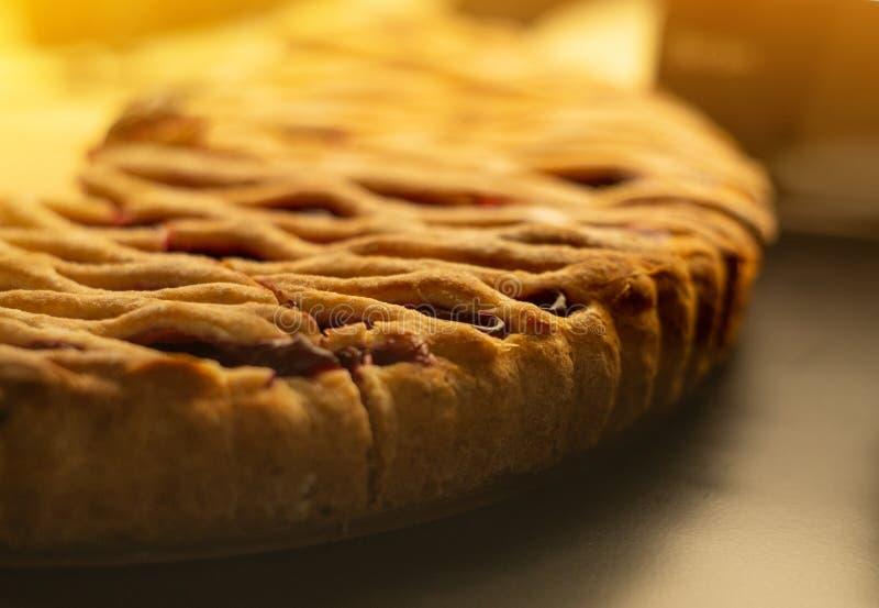 Mostra-janela de vidro na cafetaria com partes de torta saboroso do fruto Doces saborosos imagens de stock royalty free