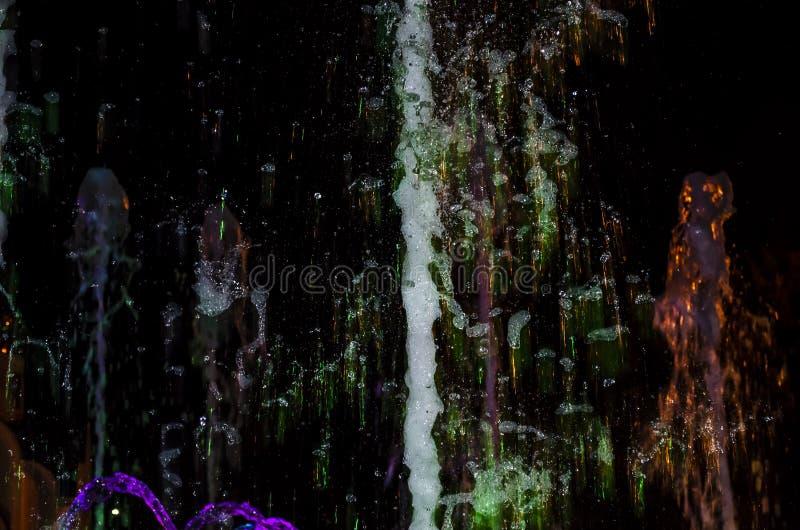 Mostra musical colorida dos multimédios na fonte de Anapa foto de stock royalty free
