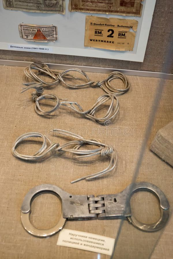Mostra nel museo centrale di Tavrida, l'iscrizione - manette tedesche usate dalla polizia e dalla polizia immagini stock libere da diritti