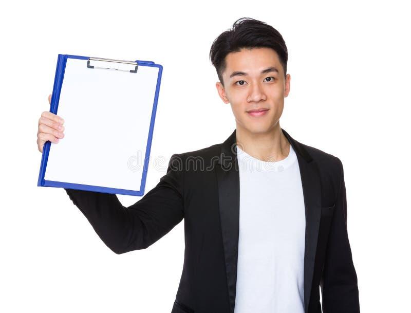 Mostra nova do homem de negócios com prancheta e Livro Branco imagens de stock
