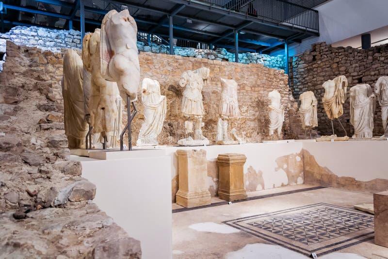 Mostra permanente in museo che è stato costruito sul sito del tempio romano antico in città antica fotografia stock libera da diritti