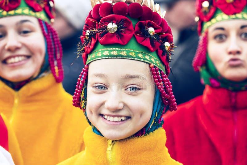 Mostra tradicional do traje do carnaval da celebração na praça da cidade fotos de stock royalty free