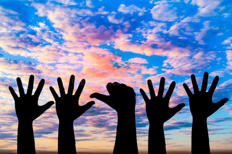Mostrado em silhueta da foto da mão A mão aparece dentro ao céu fotografia de stock royalty free