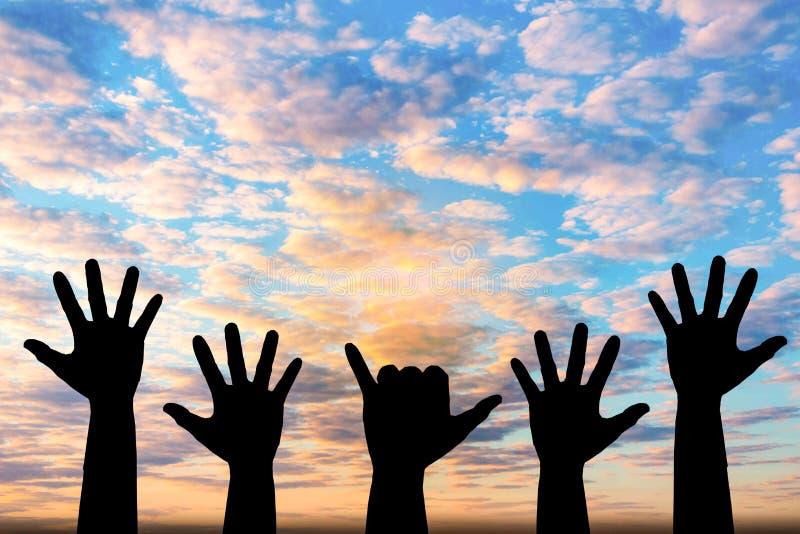 Mostrado em silhueta da foto da mão A mão aparece dentro ao céu imagens de stock