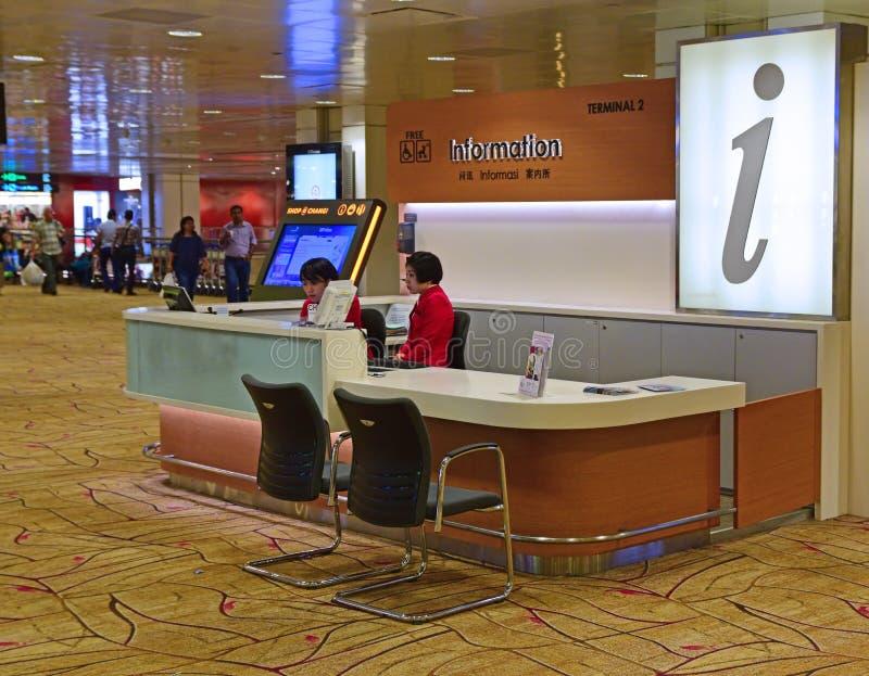 Mostrador de información en el terminal de aeropuerto de Changi 2 foto de archivo