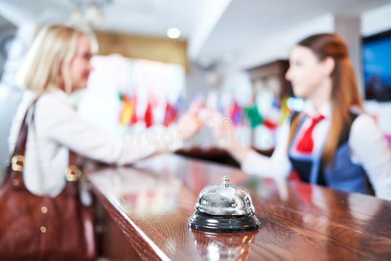 Mostrador de la recepción en el hotel Trabajador y huésped imagen de archivo libre de regalías