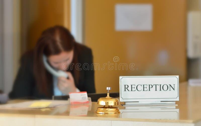 Mostrador de recepción del hotel con la campana fotos de archivo