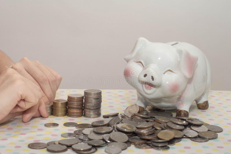 Mostrando los billetes de banco del dinero aislados en blanco foto de archivo libre de regalías