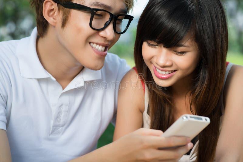 Mostrando o telefone móvel fotos de stock