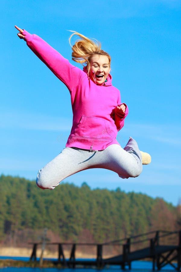 Mostrar de salto do adolescente alegre exterior fotografia de stock