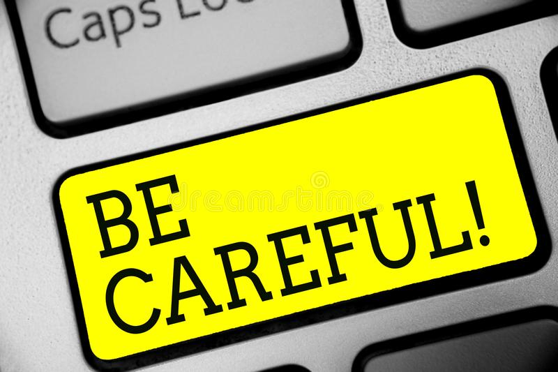 Mostrar do sinal do texto seja cuidadoso Certificação conceptual da foto de evitar o percalço do perigo ou a chave potencial Inte ilustração do vetor