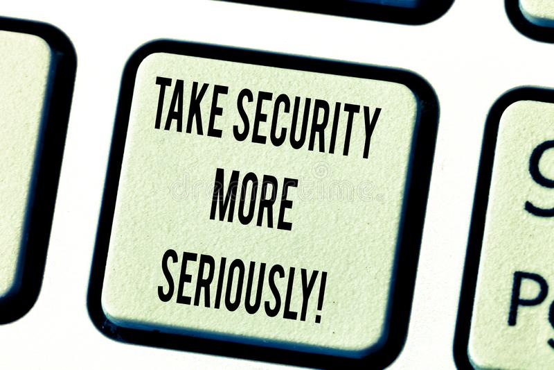 Mostrar do sinal do texto toma a segurança mais seriamente A foto conceptual esteja alerta e ciente do teclado de corte possível  fotos de stock royalty free