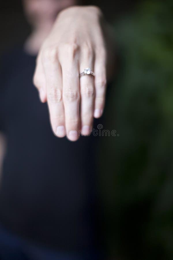 Mostrar el anillo de diamante fotografía de archivo
