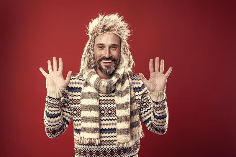 Mostrar franqueza El modelo de moda maduro disfruta de estilo del tiempo frío Hombre barbudo que complementa el suéter con el som fotografía de archivo