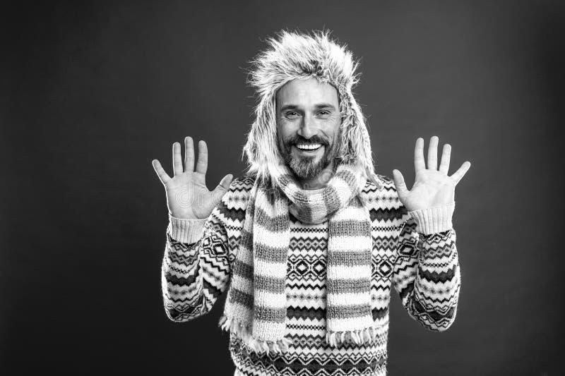 Mostrar franqueza El modelo de moda maduro disfruta de estilo del tiempo frío Hombre barbudo que complementa el suéter con el som imágenes de archivo libres de regalías