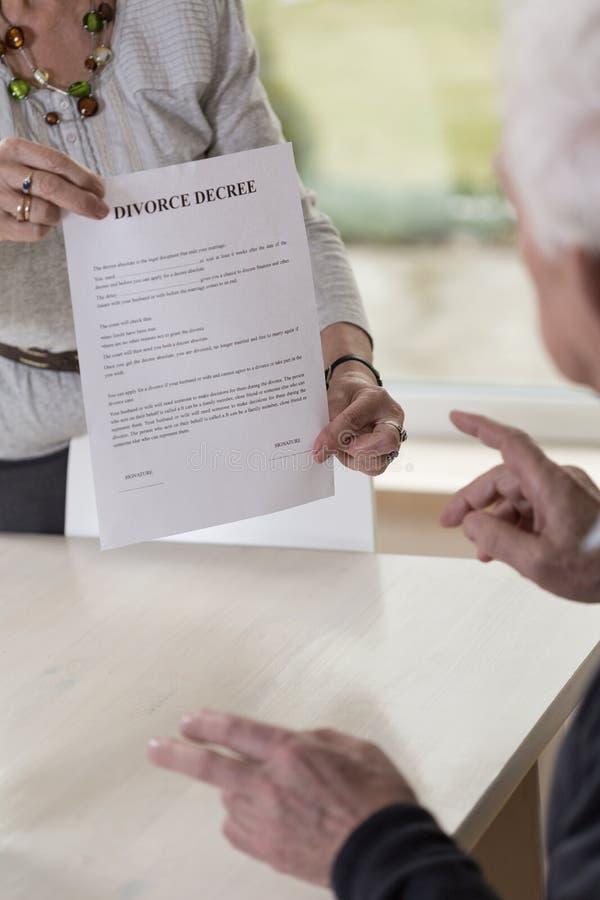 Mostrar los papeles del divorcio fotos de archivo libres de regalías