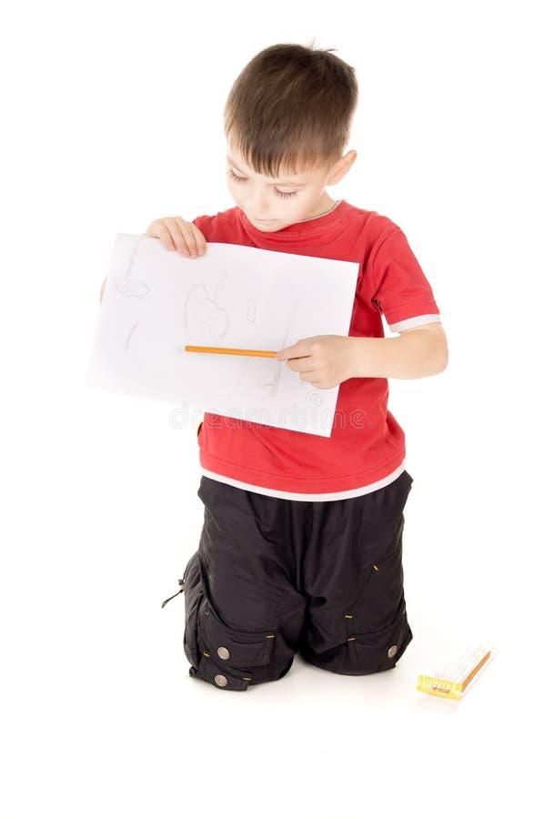Mostras do rapaz pequeno que tira fotos de stock royalty free