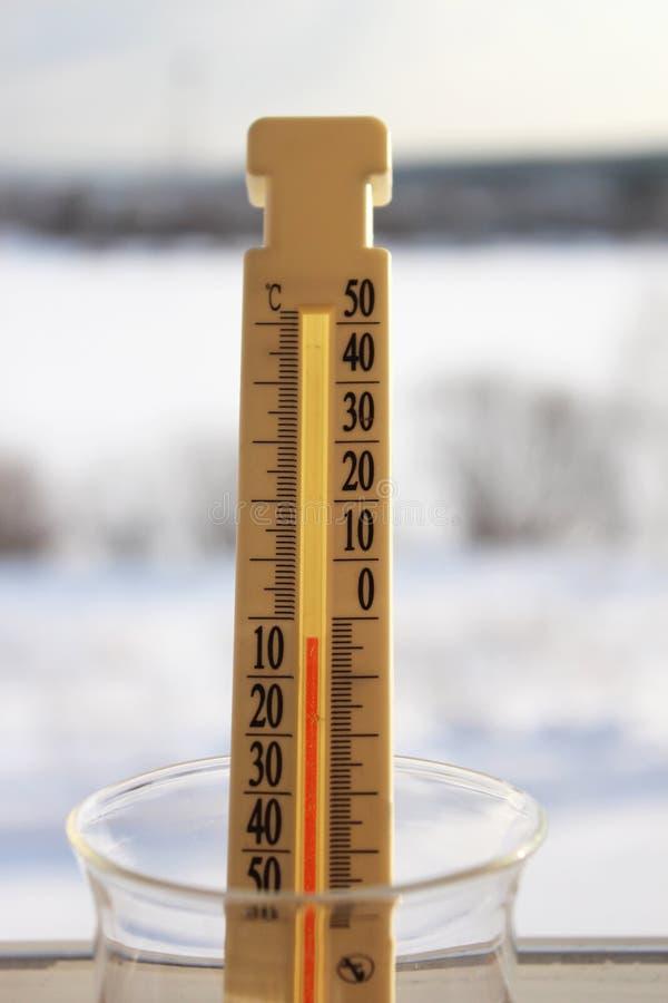 Mostras do termômetro abaixo de zero fotografia de stock royalty free