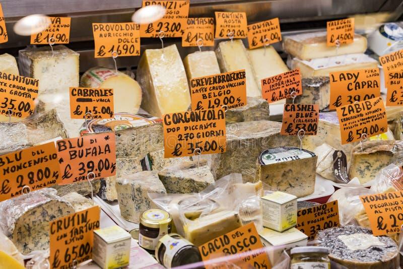 Mostras e prateleiras de Wagner Market em Milão com muitos tipos dos queijos imagens de stock