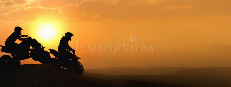 Mostre em silhueta ATV ou as bicicletas do quadrilátero saltam no por do sol fotografia de stock royalty free