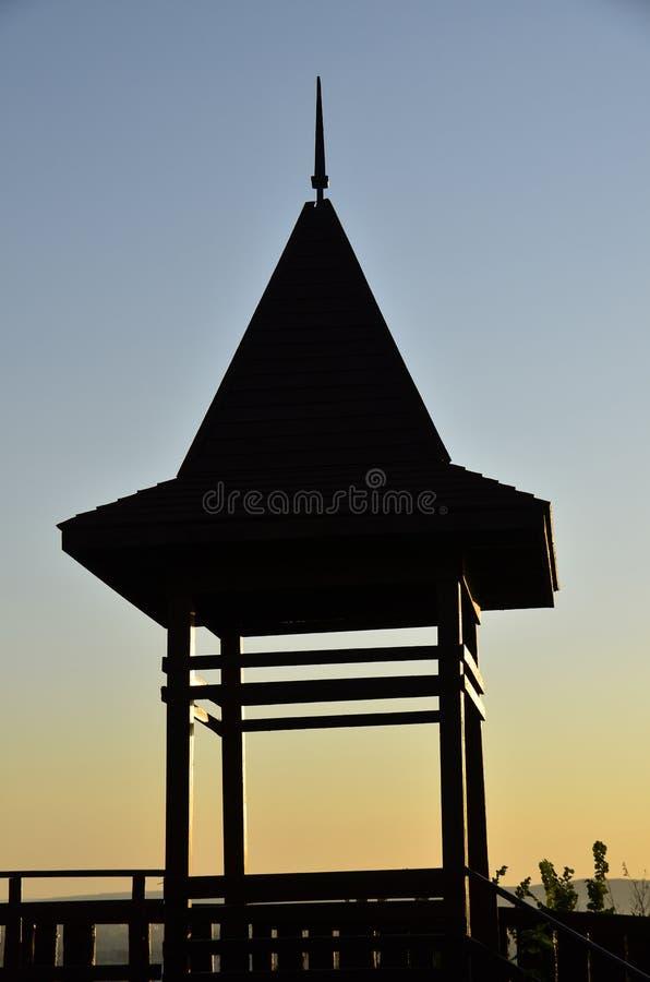 Mostre em silhueta a casa em um fundo do céu imagem de stock royalty free