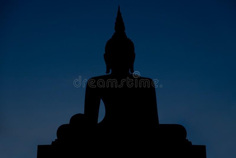 Mostre em silhueta a estátua de buddha no tempo crepuscular, respectation do buddh fotos de stock
