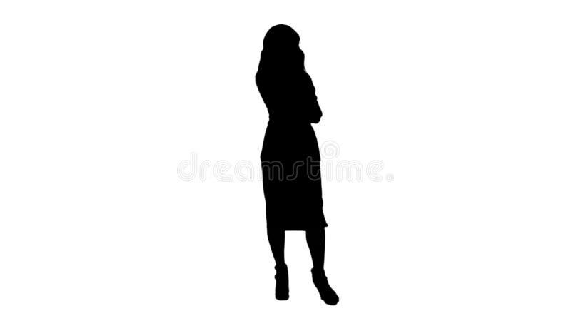 Mostre em silhueta a mulher ssian chinesa bonita que fala no resíduo metálico da trilha do telefone celular fotos de stock