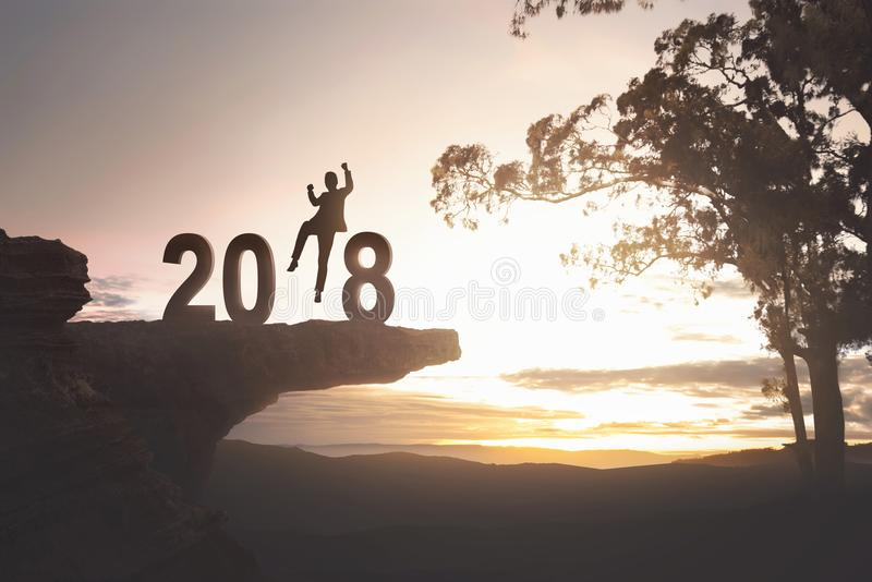 Mostre em silhueta o homem de negócios entusiasmado pelo ano novo feliz 2018 imagem de stock royalty free