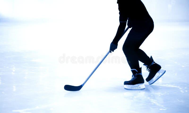 Mostre em silhueta o jogo de hóquei em gelo do tiro no jogo da estação do inverno imagem de stock