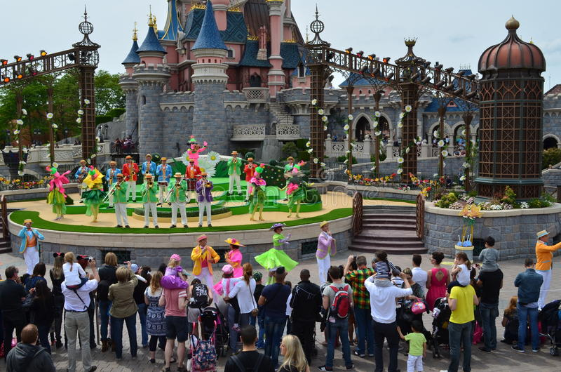 Mostri gli artisti a Disneyland a Parigi fotografie stock