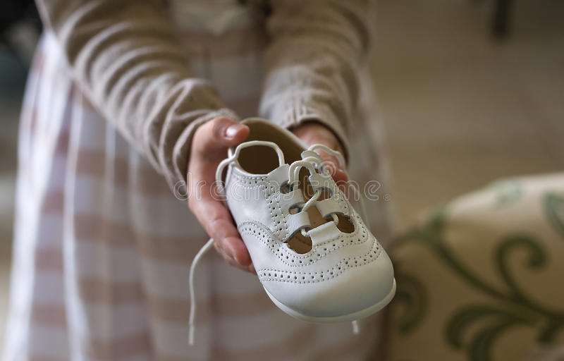 Mostri le sue scarpe fotografie stock