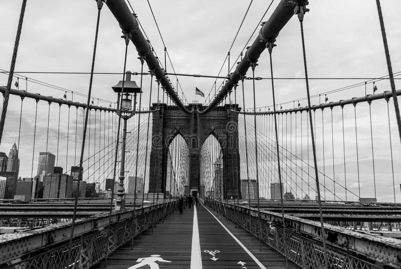 Mostu Brooklyńskiego Formalnie Depeszować Z Boardwalk krajobrazu aspektem - Czarny I Biały zdjęcie royalty free