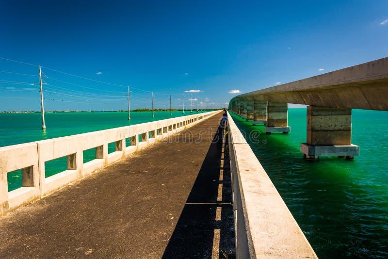 Mosty nad turkusem nawadniają w Islamorada, w Floryda kluczach zdjęcie royalty free