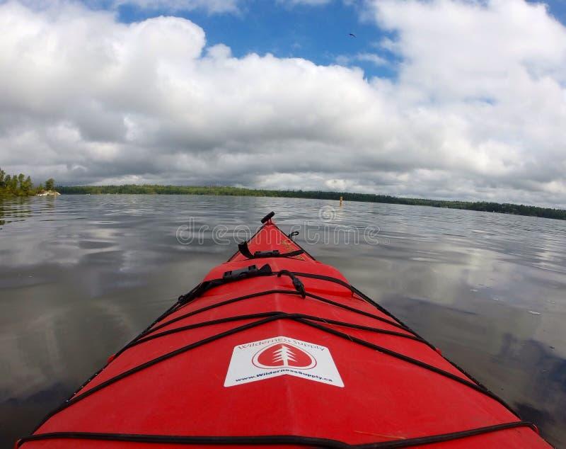 mot bakgrundskajaken near berg zhiguli för flodsamaravolga vatten royaltyfri fotografi