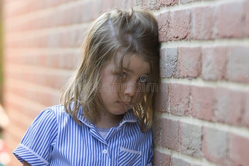 mot barn för tegelstenflickavägg arkivfoto