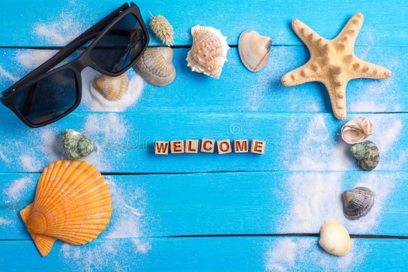 Mot bienvenu avec le concept d'arrangements d'été photos stock