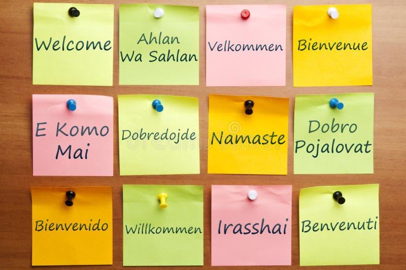 Mot bienvenu dans 12 langages images stock