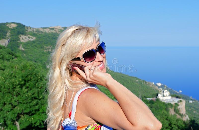mot blå kvinna för berghavssky arkivfoton