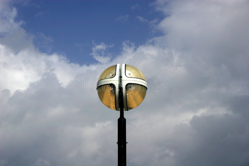 mot blue clouds ljus skywhite för armatur royaltyfri fotografi