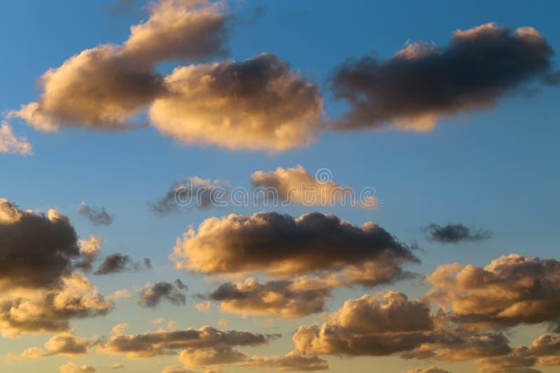 mot blue clouds skyen fotografering för bildbyråer