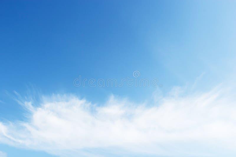 mot blue clouds slapp white för fantastisk sky arkivfoto