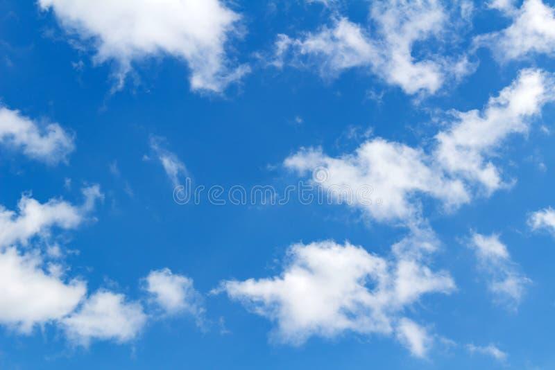 mot blue clouds slapp white för sky abstrakt bakgrundssky royaltyfri fotografi