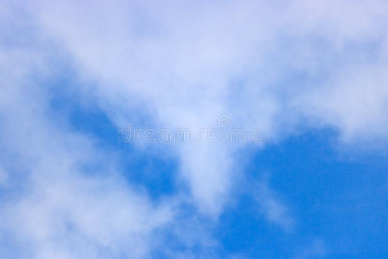 mot blue clouds slapp white för sky abstrakt bakgrundssky arkivfoton
