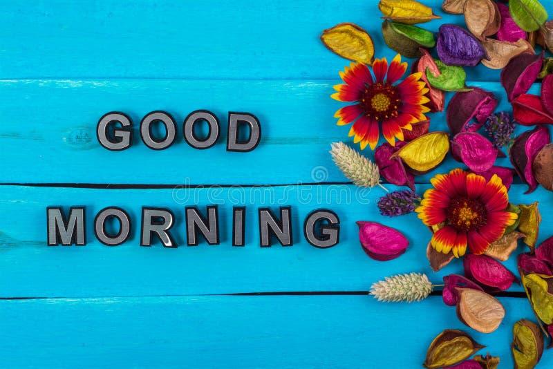 Mot bonjour sur le bois bleu avec la fleur images stock