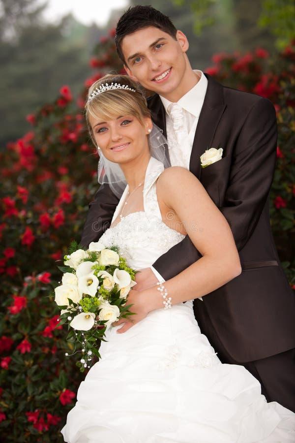 mot brudbrudgumbenägenhet royaltyfria bilder