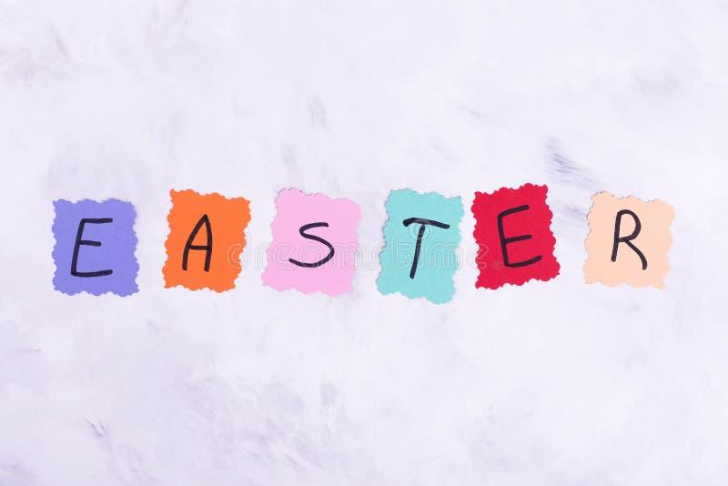 Mot coloré Pâques sur le fond clair photo libre de droits