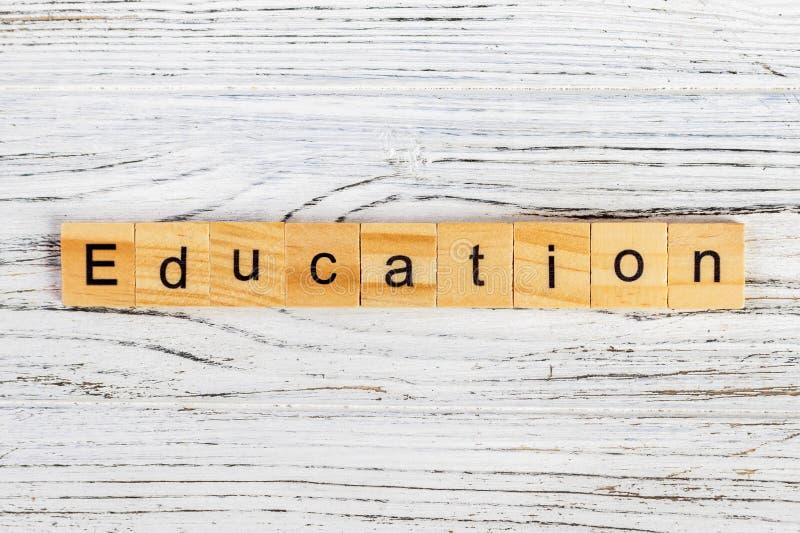 Mot d'éducation de bloc en bois au-dessus d'école de panneau arrière Mot d'éducation constitué par le bloc en bois éducatif Conce photographie stock