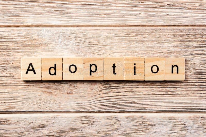 Mot d'adoption écrit sur le bloc en bois texte d'adoption sur la table, concept images libres de droits