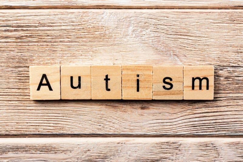 Mot d'autisme écrit sur le bloc en bois texte d'autisme sur la table, concept photographie stock libre de droits